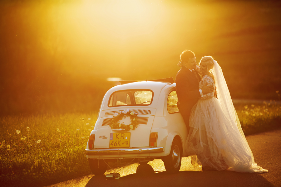 sesja w dniu ślubu, samochód retro do ślubu, fiat 500