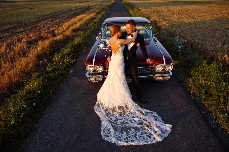 sesja w dniu ślubu, reportaż ślubny kraków, samochód retro do ślubu, cadillac