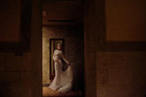 sesja w dniu ślubu, sesja w hotelu starym, zjawiskowa suknia ślubna