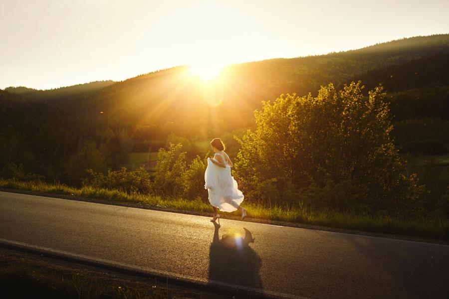 sesja w dniu ślubu, sesja w plenerze, uciekająca panna młoda