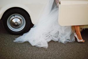 sesja w dniu ślubu, retro samochód do ślubu, fiat 500