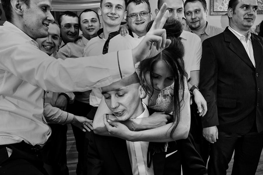reportaż ślubny, zabawy weselne, oczepiny