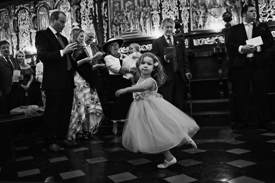 dzieci na ślubie w kościele