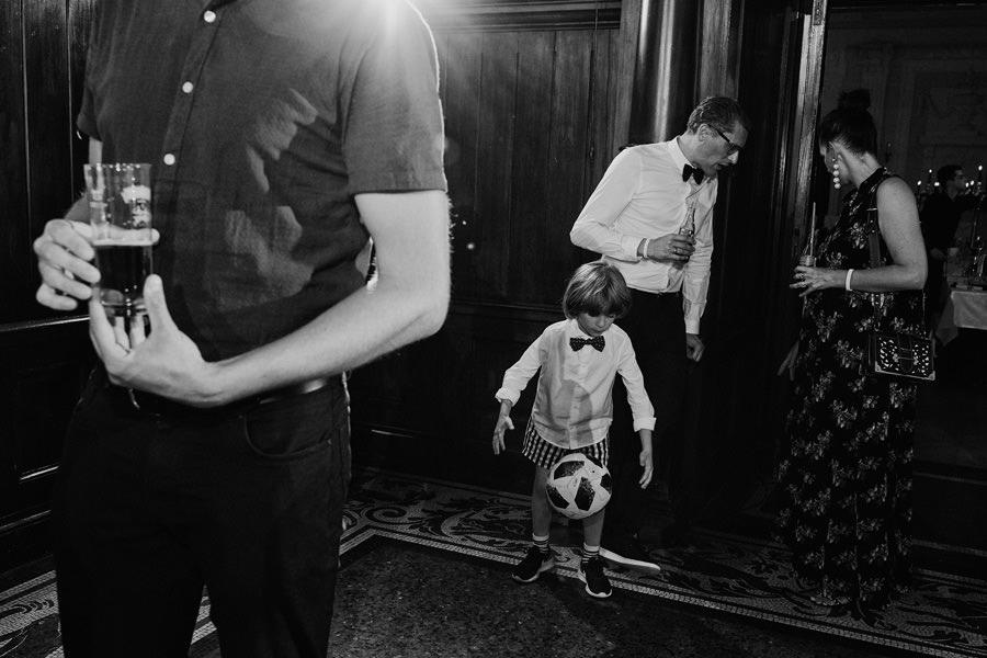 co robią dzieci na weselu