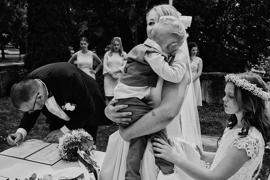 dzieci na ślubie rodziców